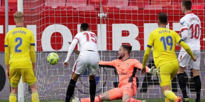 إشبيلية يفوز على قاديش بثلاثية في الدوري الإسباني لكرة القدم