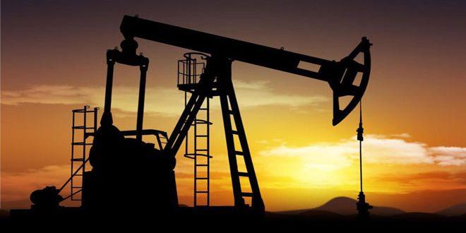 النفط يتراجع بعد موجة صعود وسط شح المعروض