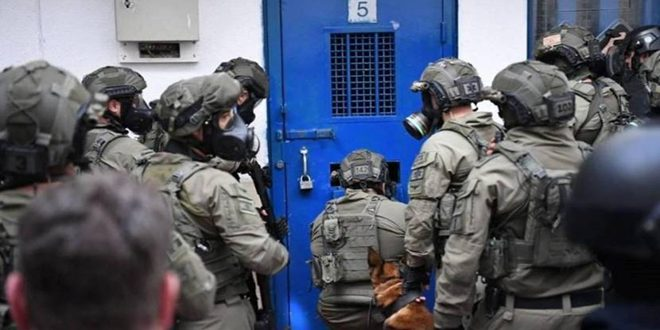 מספר אסירים פלסטינים נפגעו במהלך פשיטתם של כוחות הכיבוש על בית מעצר עופר