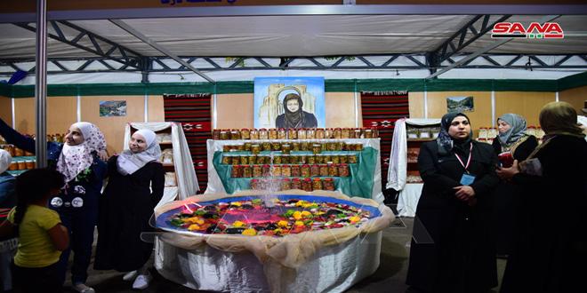 212 امرأة و12 وحدة تصنيع متخصصة تشارك في مهرجان منتجات مشاريع النساء الريفيات-فيديو