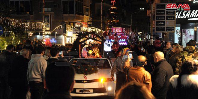 """ناشراً فرحة وبهجة العيد… كرنفال """"سورية ميلادك سلام"""" يجول شوارع دمشق"""