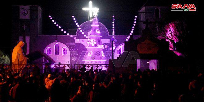 إضاءة شجرة الميلاد في بلدة قطينة بريف حمص
