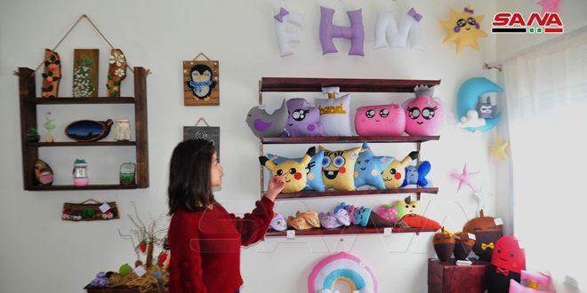 ثلاث شقيقات من السويداء يؤسسن مشروعاً إنتاجياً صغيراً متخصصاً بمجسمات ألعاب الأطفال