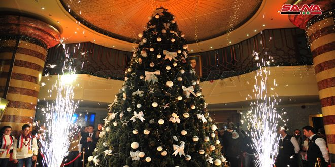 إضاءة شجرة الميلاد في فندق داما روز بدمشق