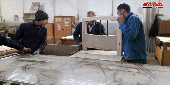 طلبة الثانوية المهنية بحمص ينتجون 15 ألف مقعد مدرسي