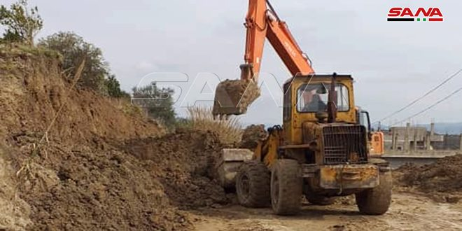 اللاذقية.. إعادة فتح طريق القريمانية بريف الحفة بعد تسليكه وإزالة التربة المنهارة