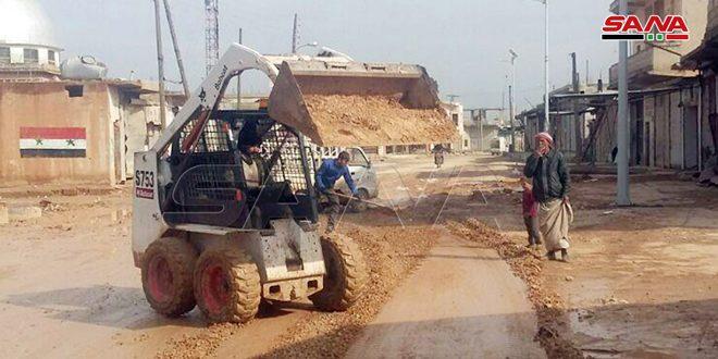 تأهيل طرق وارصفة وترحيل أنقاض في عدد من قرى ريف إدلب الجنوبي الشرقي المحررة من الإرهاب