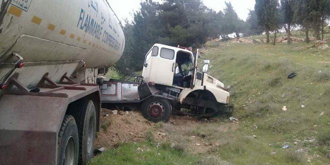 وفاة شخصين وإصابة ثلاثة آخرين في حادث تصادم سيارة مع صهريج غاز على  طريق حمص/تدمر