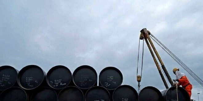 النفط يصعد أكثر من 2 بالمئة