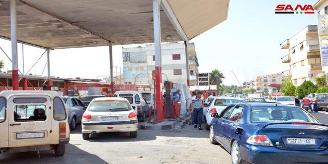 ضبط عدد من المخالفين لعملية توزيع مادة البنزين وتنظيم الدور على محطات الوقود في دمشق وحلب