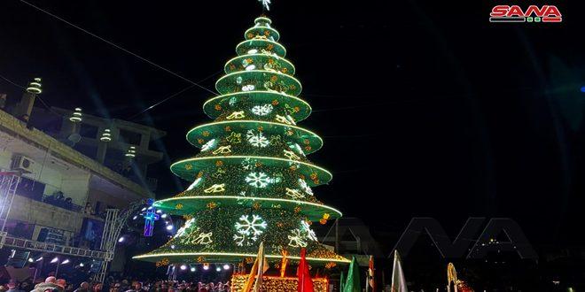 إضاءة شجرة الميلاد في بلدة المزينة بريف حمص الغربي